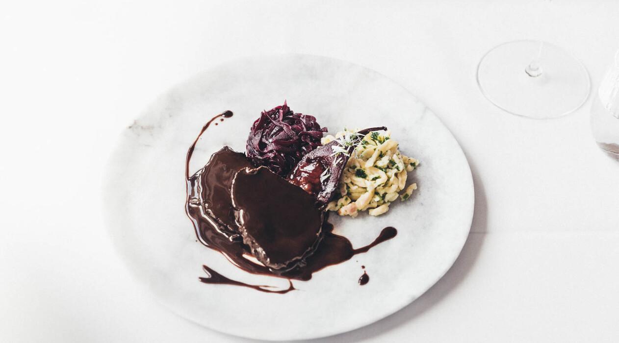 Hirschbraten mit Rotkraut und Spätzle - ein Rezept aus der Nesslerhof-Küche in Großarl