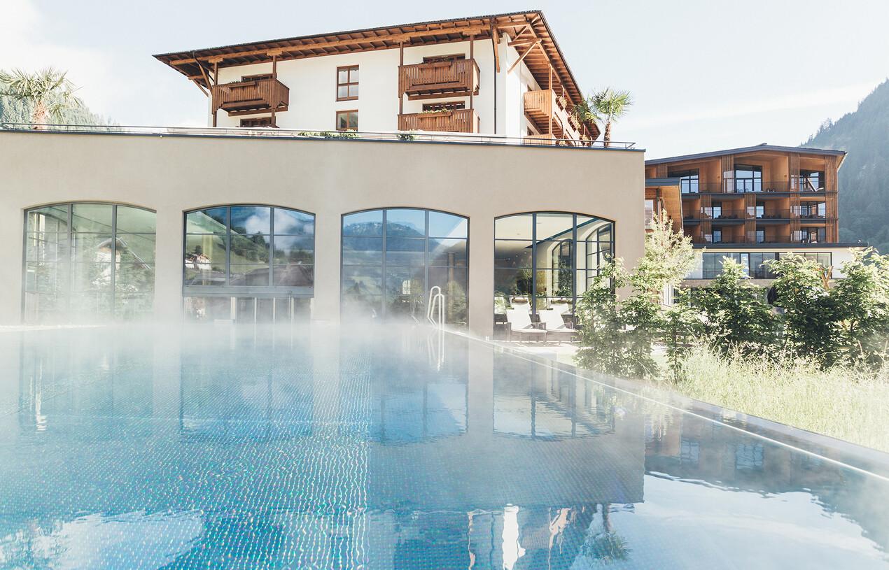 Beheizter Außenpool der großen Badelandschaft vom Wellnesshotel Nesslerhof im Salzburger Land