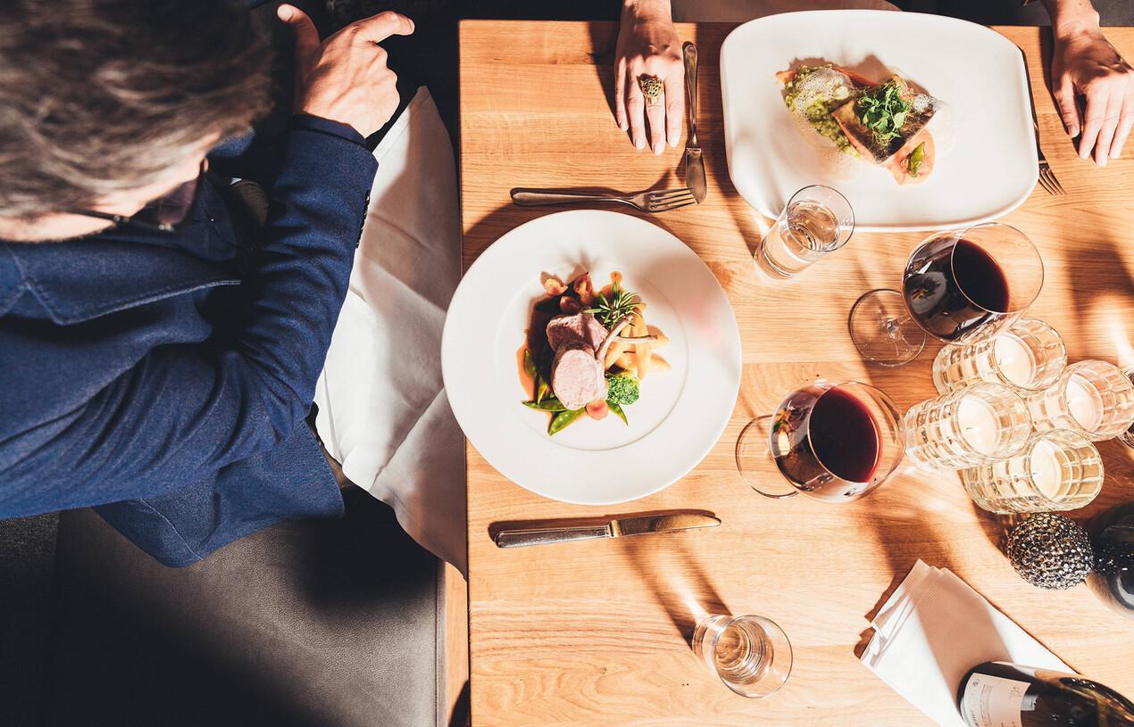 Gedeckter Tisch mit angerichteten Tellern im Hotel Nesslerhof im Salzburger Land