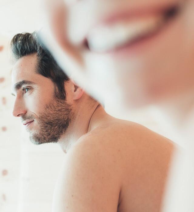 Lachendes Paar in der Sauna beim Wellnessurlaub im Hotel Nesslerhof im Salzburger Land