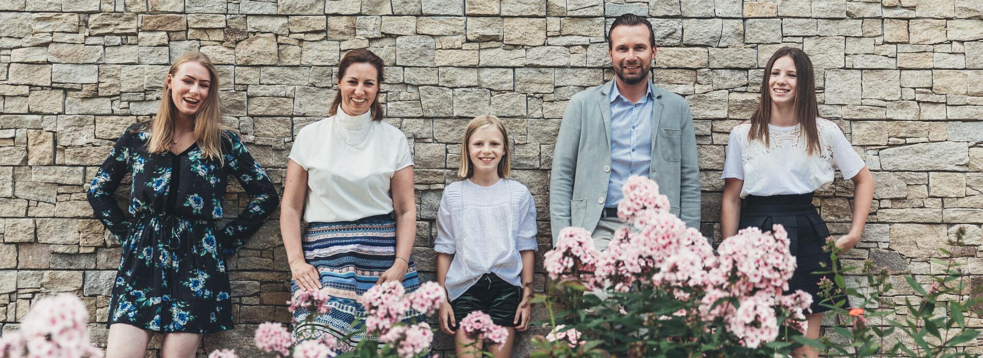 Familie Neudegger, Ihrer herzlichen Gastgeber in Großarl, vor dem Hotel Nesslerhof