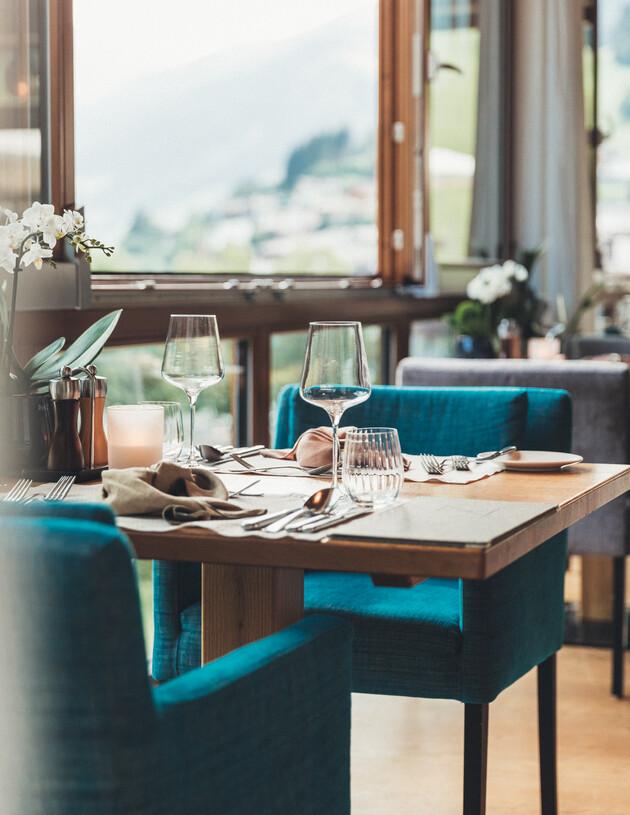 Schön gedeckter Tische mit Panoramablick im Restaurant des Hotel Nesslerhof in Großarl.