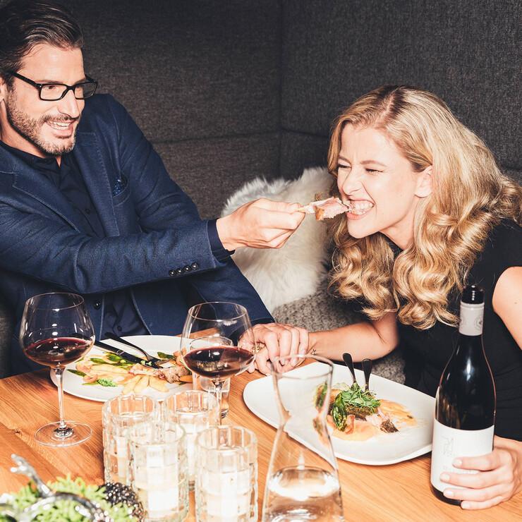 Paar teilt sich das köstliche Abendessen im 4*S Wellness- & Gourmethotel Nesslerhof in Großarl