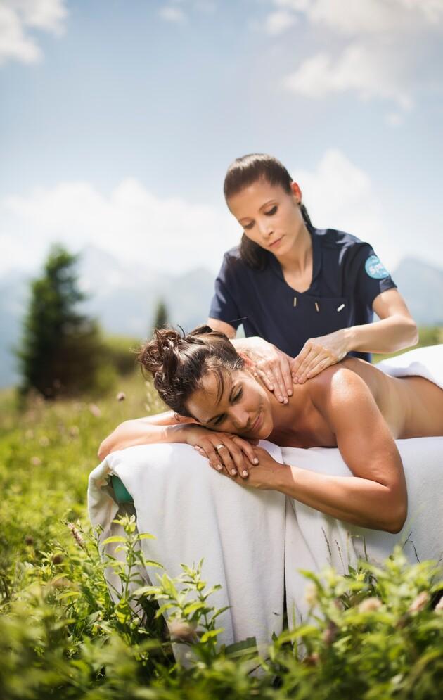 Dame bei Massage auf einer Alm - Wellnessurlaub im 4*S Best Alpine Wellness Hotel Nesslerhof, Großar