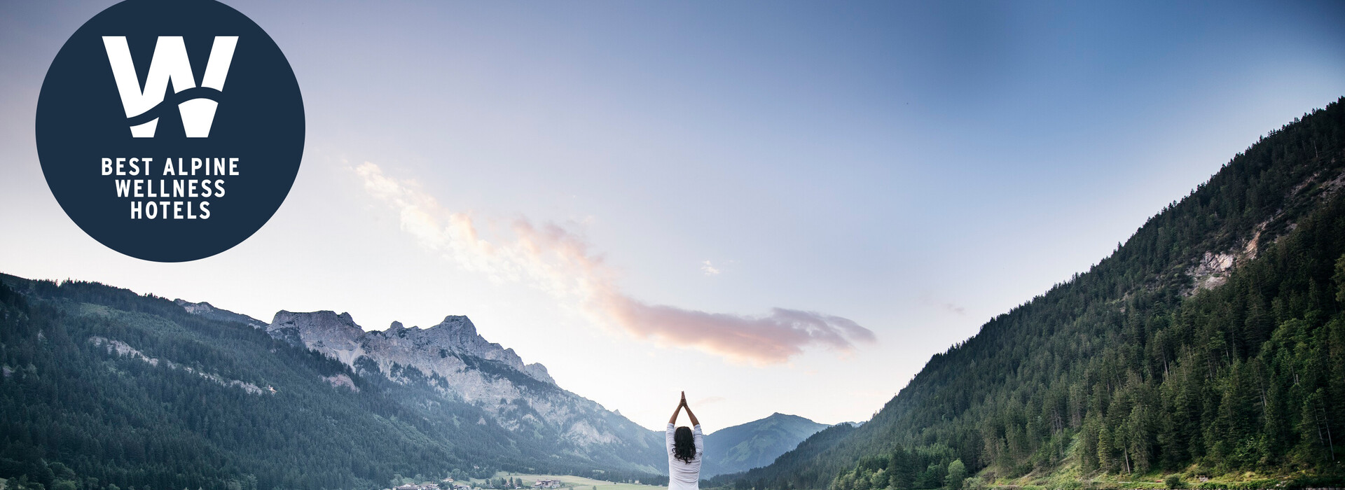 Best Alpine Wellness Hotels - Frau auf Steg am See bei Sonnengruß