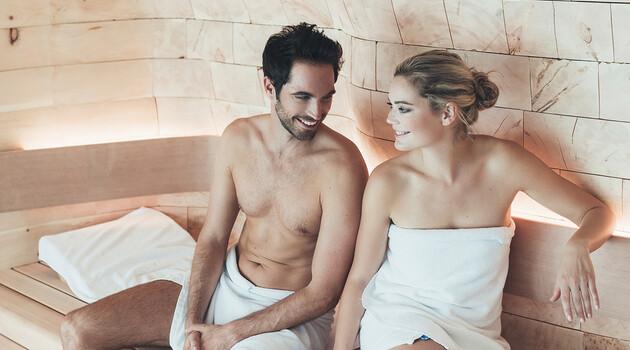 Lachendes Paar in der Sauna im Wellnesshotel Nesslerhof in Großarl
