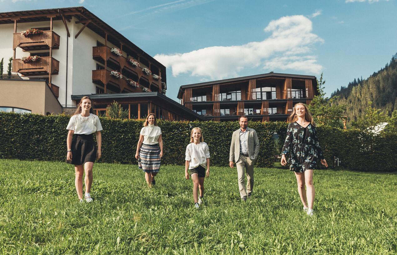Ihre Gastgeber, Familie Neudegger, vor dem Hotel Nesslerhof in Großarl, Salzburger Land
