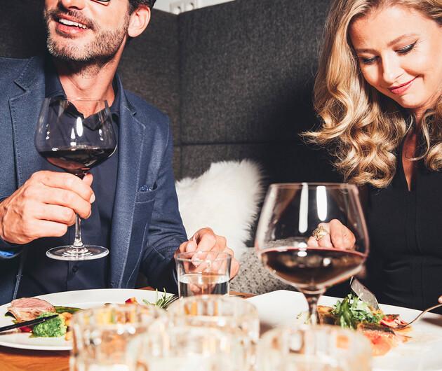 Lachendes Paar beim Abendessen im Wellnesshotel Nesslerhof im Salzburger Land