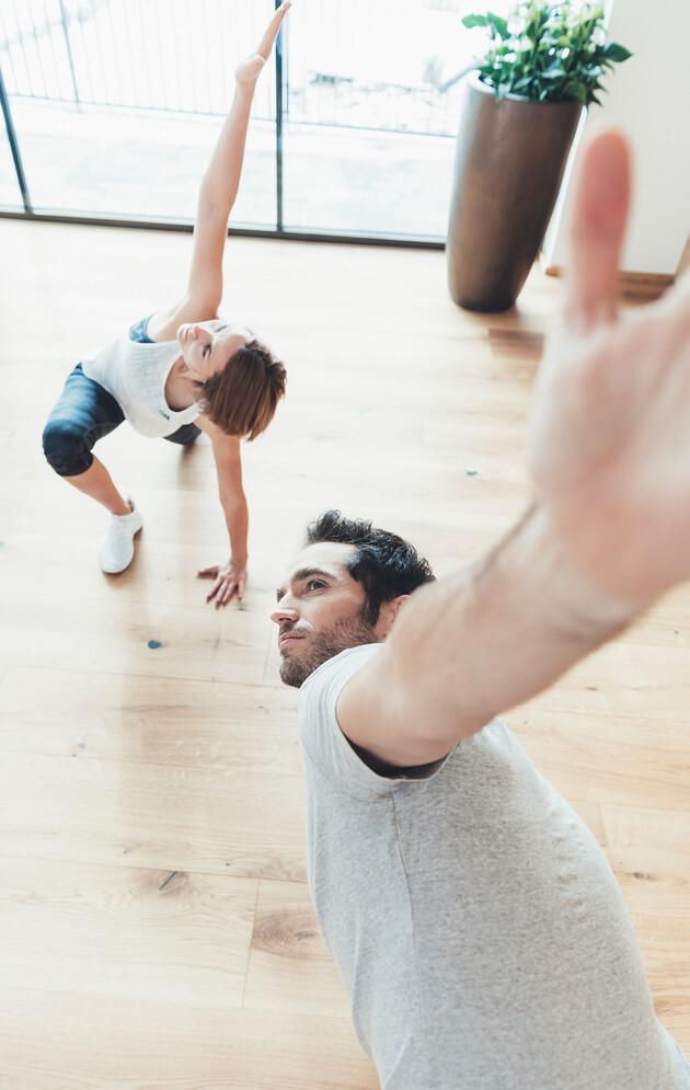 Paar beim Fitnesstraining im Urlaub in Großarl