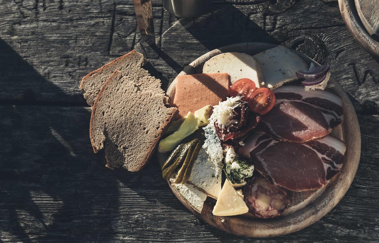 Geräucherter Speck, Käsesorten und frisch gebackenes Brot - Genuss pur im Gourmethotel Nesslerhof in Großarl.