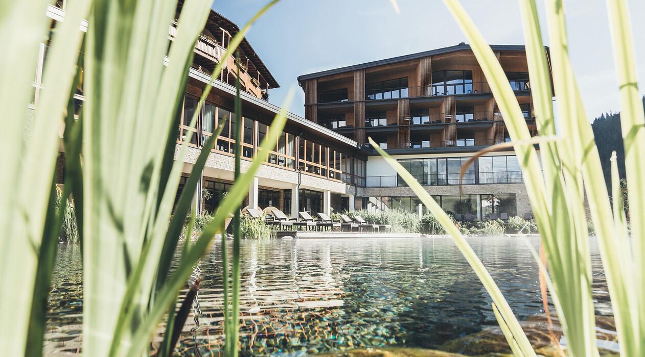 Außenansicht vom Wellnesshotel Nesslerhof im Salzburger Land im Sommer