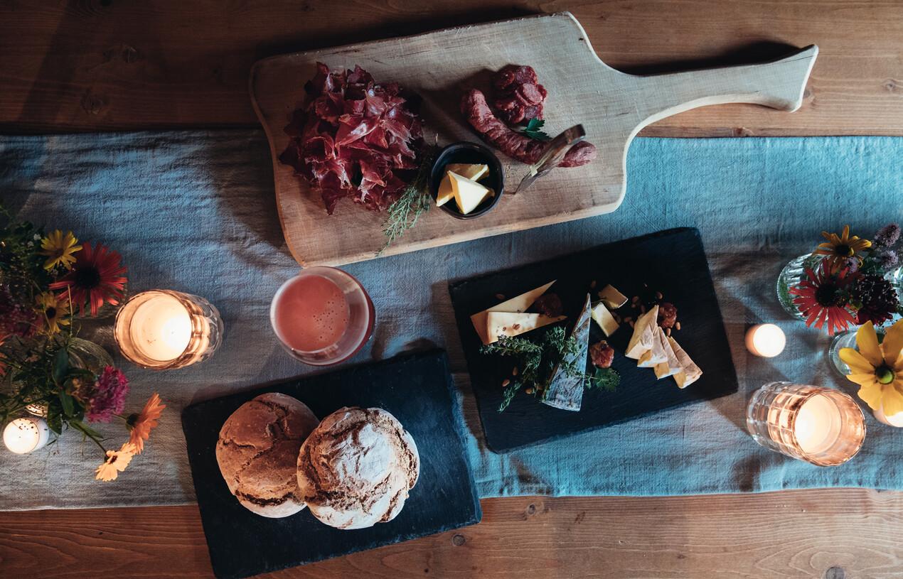 Herzhafte Jause mit selbstgebackenem Brot, Käse und Wurstspezialtäten aus der hauseigenen Metzgerei in der Nessleralm, Großarl