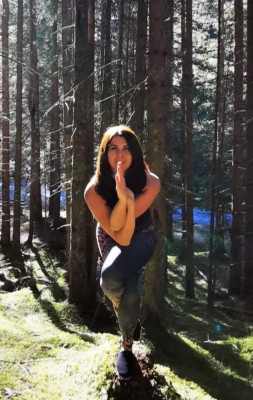 Yogalehrerin Verna bei der Yogaübung Adler im Wald - Aktivurlaub mit Yoga im Hotel Nesslerhof in Großarl, Salzburg.