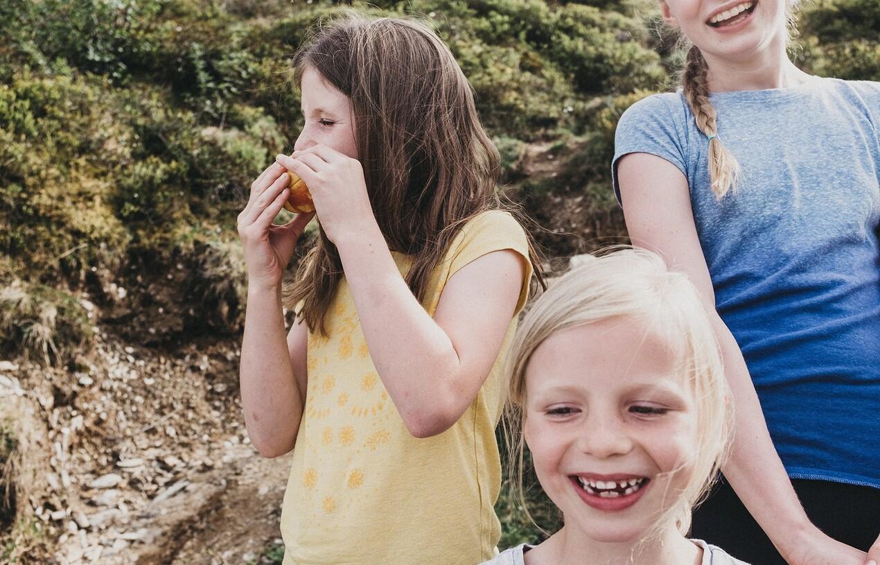 Lachende Kinder im Familienurlaub im Hotel Nesslerhof in Salzburg