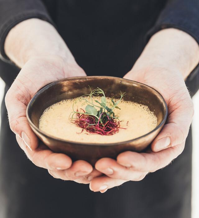Cremige Suppe in edler Schale - Kulinarische Köstlichkeiten für Gourmets im Genießerhotel Nesslerhof, Großarl.