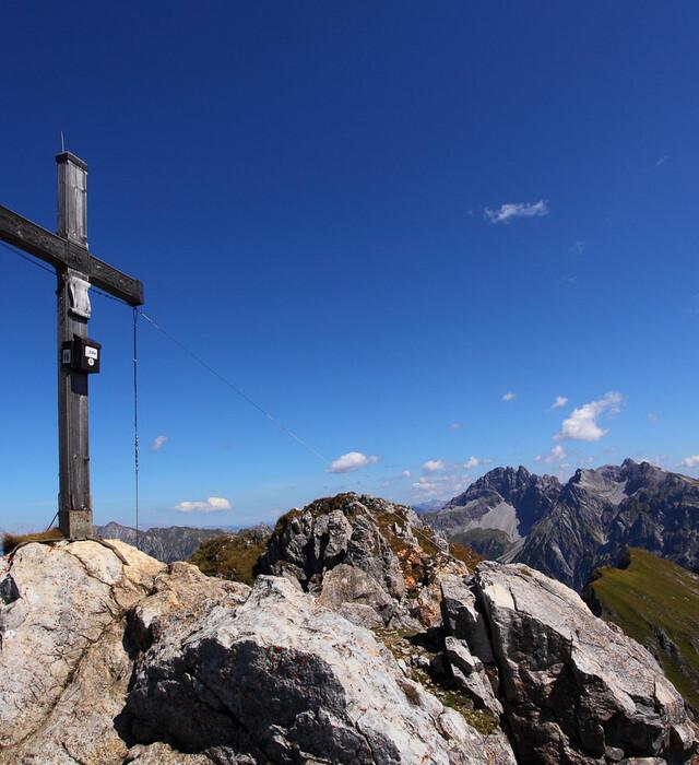 Wandern im Sommer: Gipfelkreuz erklimmen