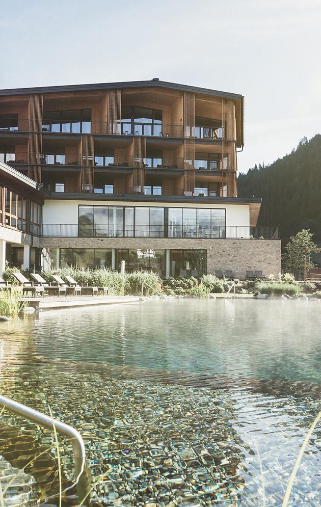 Hotel Nesslerhof mit Naturbadeteich und großem Garten in Großarl in Österreich.