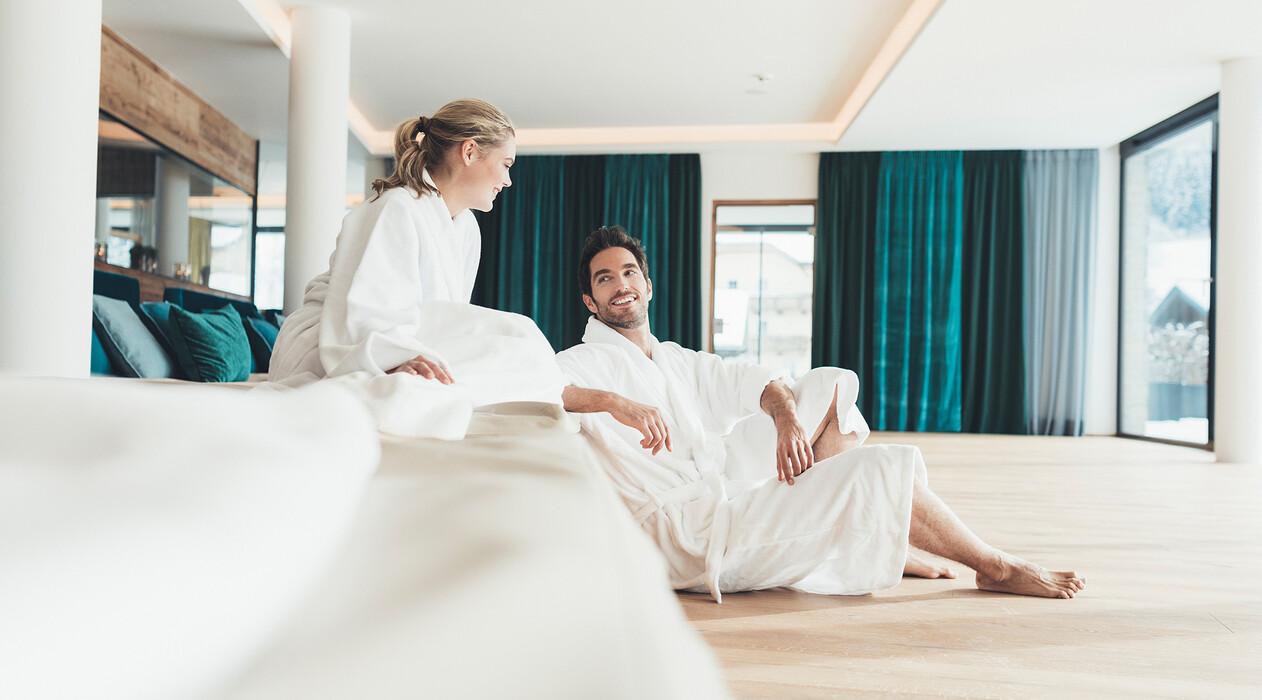Pärchen im Ruhebereich mit Wasserbetten vom Hotel Nesslerhof  in Großarl