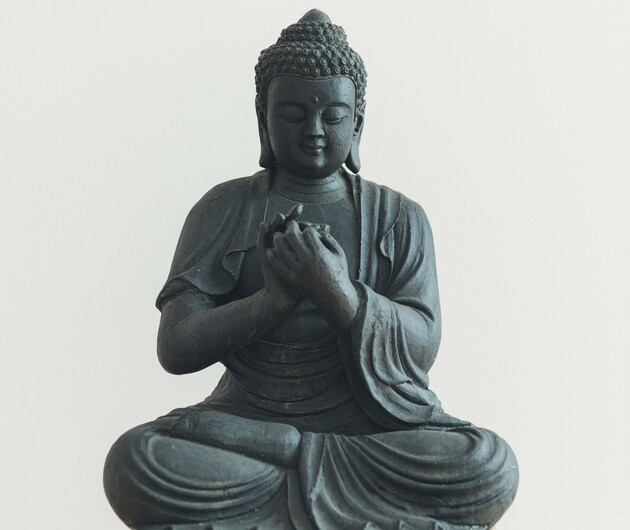 Yoga in Großarl - Buddha-Figur auf Holzsäule im Hotel Nesslerhof.