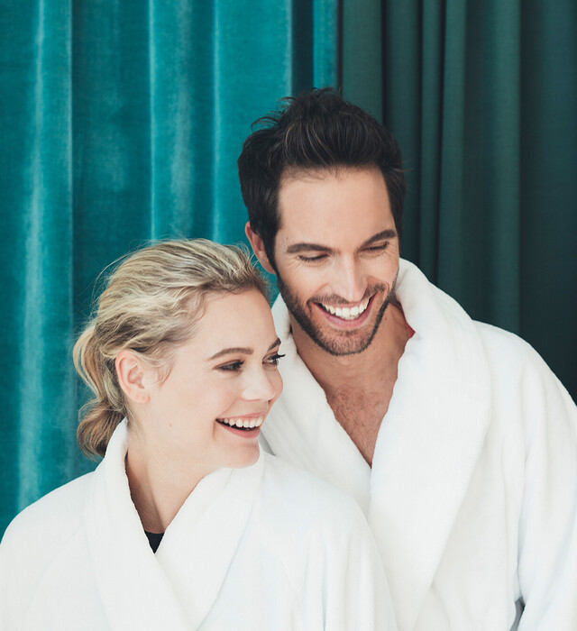 lachendes Paar im der großen Badelandschaft vom Wellnesshotel Nesslerhof im Salzburger Land