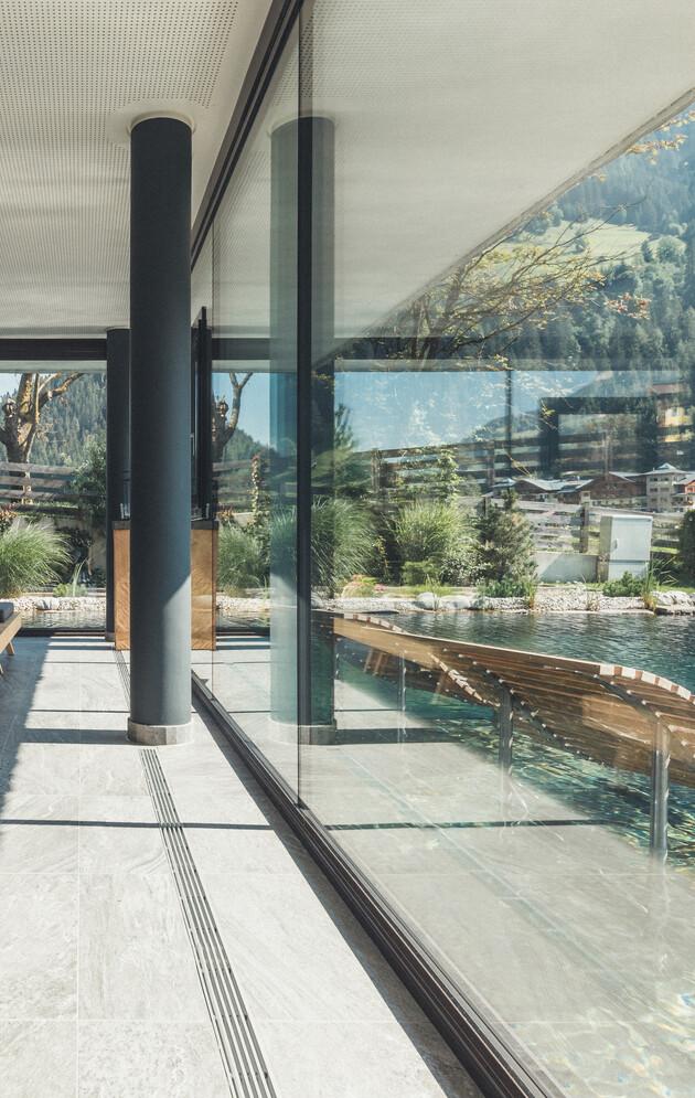 Großzügige und gemütliche Liegen mit Blick auf den Außenpool im 4*S Wellnesshotel Nesslerhof in Großarl, Salzburger Land