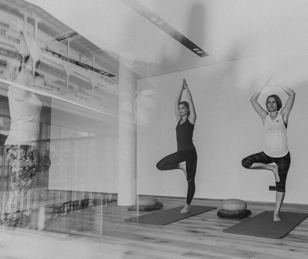 Damen beim Yoga im Wellnessurlaub im 4*S Wellnesshotel Nesslerhof in Großarl, Salzburg