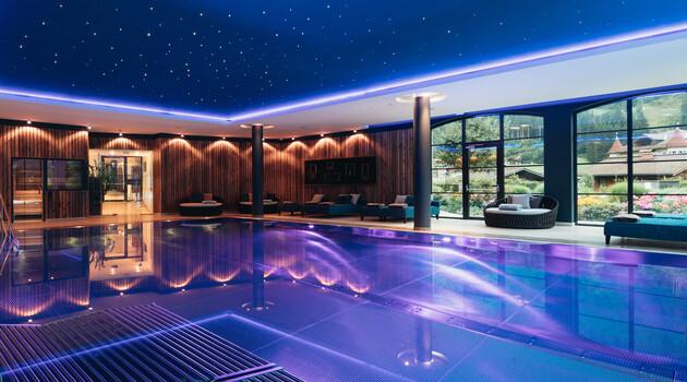 Indoor Pool mit Sprudelliegen und gemütlichen Loungen für 2 im 4*S Wellnesshotel Nesslerhof, Großarl.