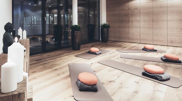 Yoga-, Fitness- und Kursraum mit Matten im Hotel Nesslerhof, Großarl.