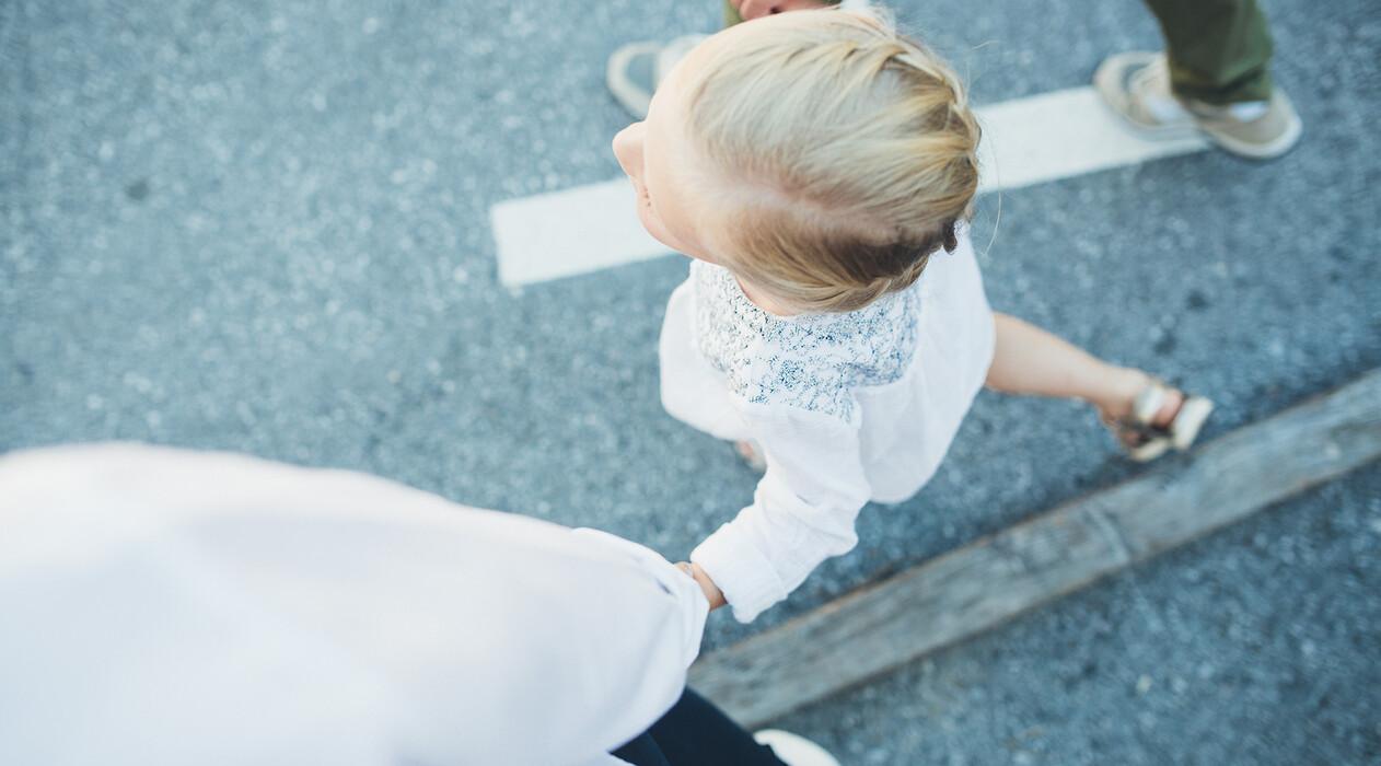 Eltern gehen mit ihrem Kind spazieren beim Urlaub mit der Familie im Hotel Nesslerhof in Österreich