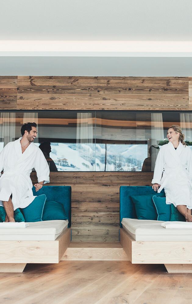 Paar stehend auf Wasserbetten im Ruhebereich des 4*S Wellnesshotel Nesslerhof in Großarl