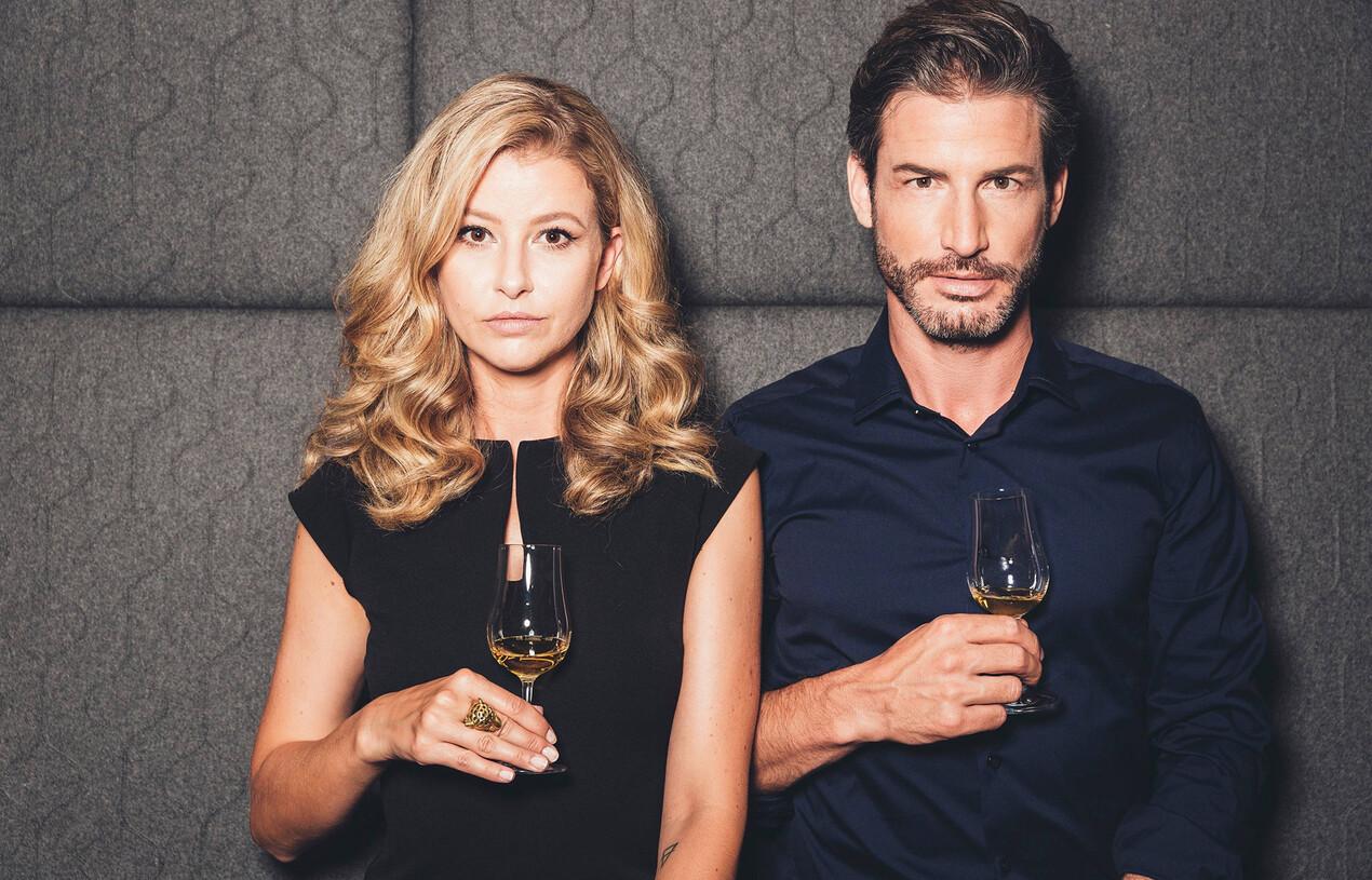 Paar genießt ein Glas Weißwein im Wellnesshotel Nesslerhof in Salzburg