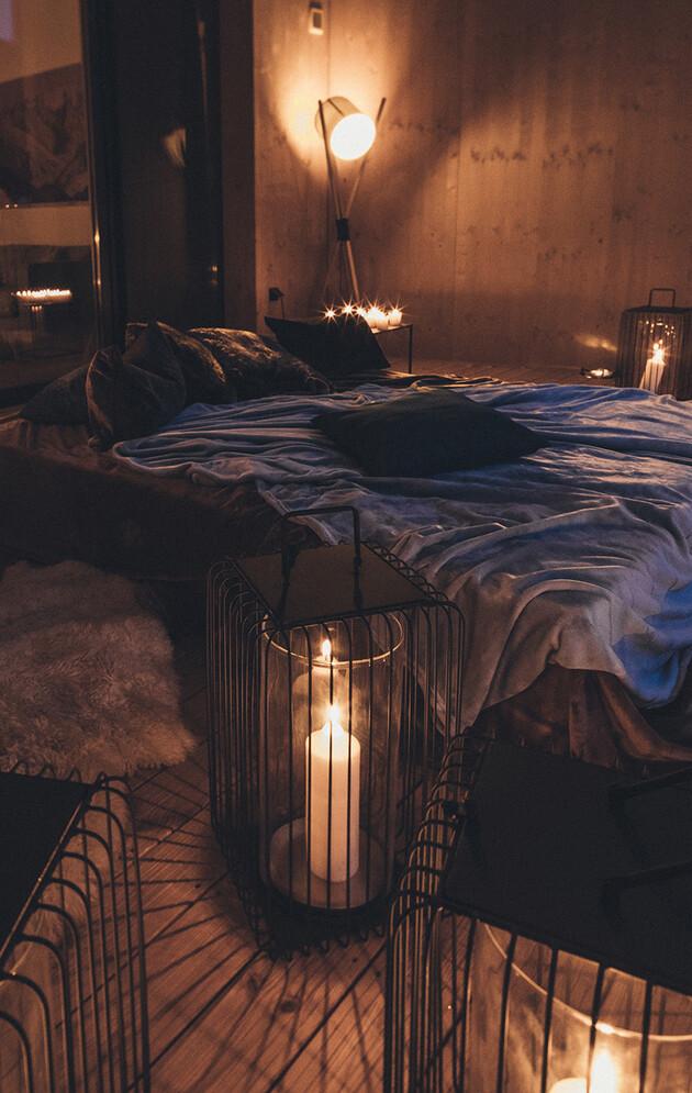 Doppelbett auf dem Balkon mit Kerzen - Schlafen unter Sternen im romantischen 4*S Wellnesshotel Nesslerhof in Großarl.