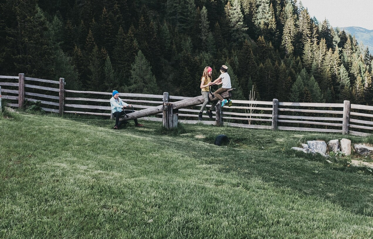 Kinder beim Wippen im Familienurlaub im Hotel Nesslerhof, Salzburger Land