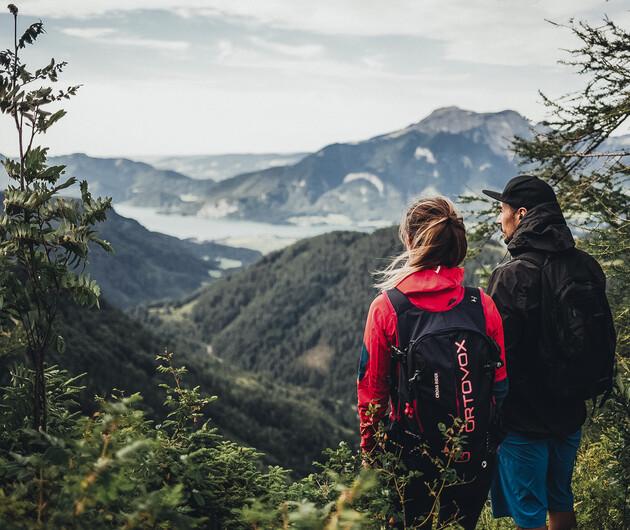 Paar beim Wandern mit Blick über das Großarltal im Salzburger Land - perfekter Sommerurlaub im 4*S Hotel Nesslerhof