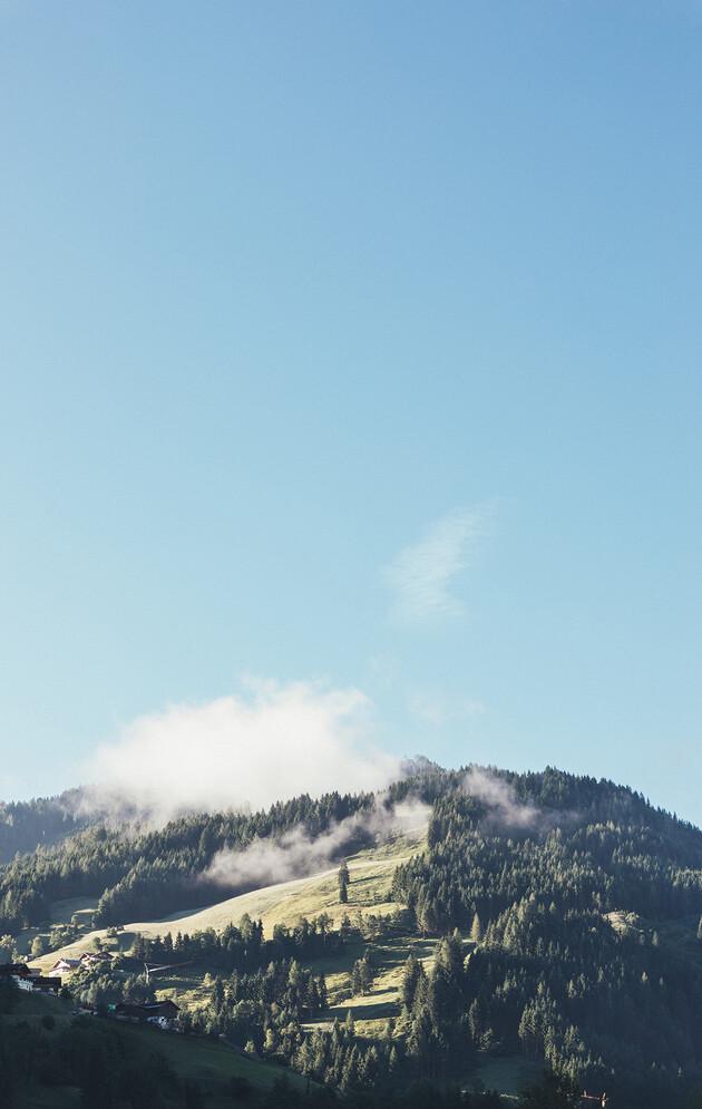 Blick auf die umliegenden Almen mit Nebelschwaden im Großarltal.
