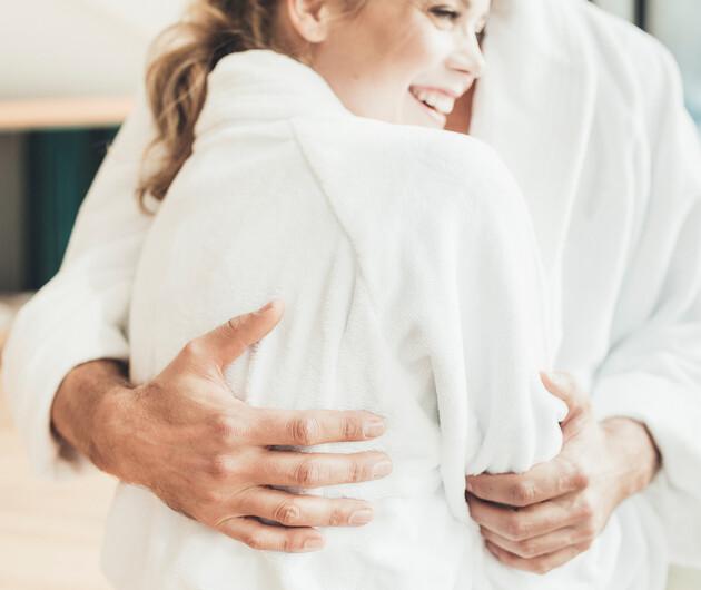 Pärchen in Bademänteln im romantischen Wellnesshotel Nesslerhof im Salzburger Land