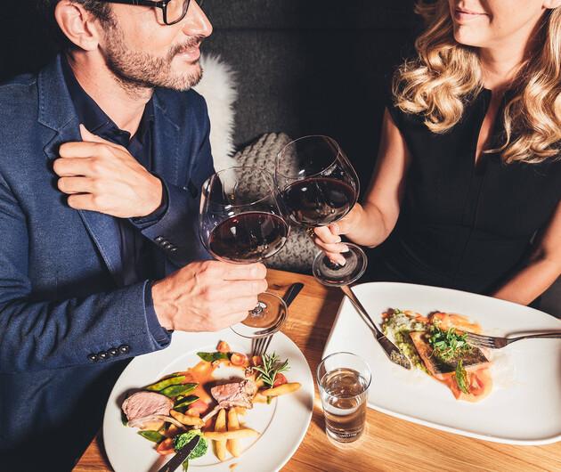 Paar beim Abendessen im Genießerhotel Nesslerhof im Salzburg